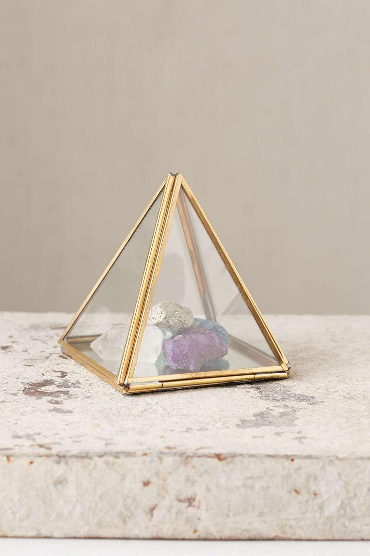 Pyramid mirror box