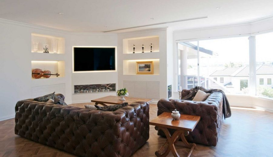 When and how to place your tv in the corner of a room for Tv room sofa