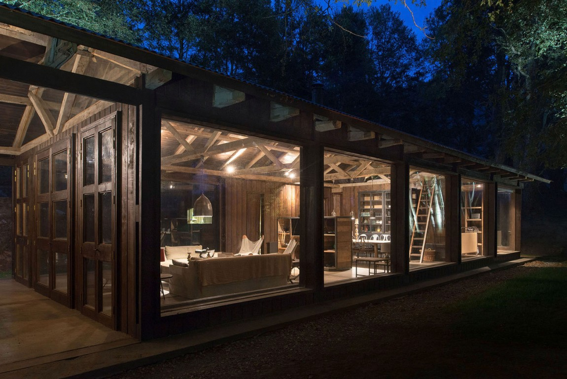 summerhouse in Chile glowing at night