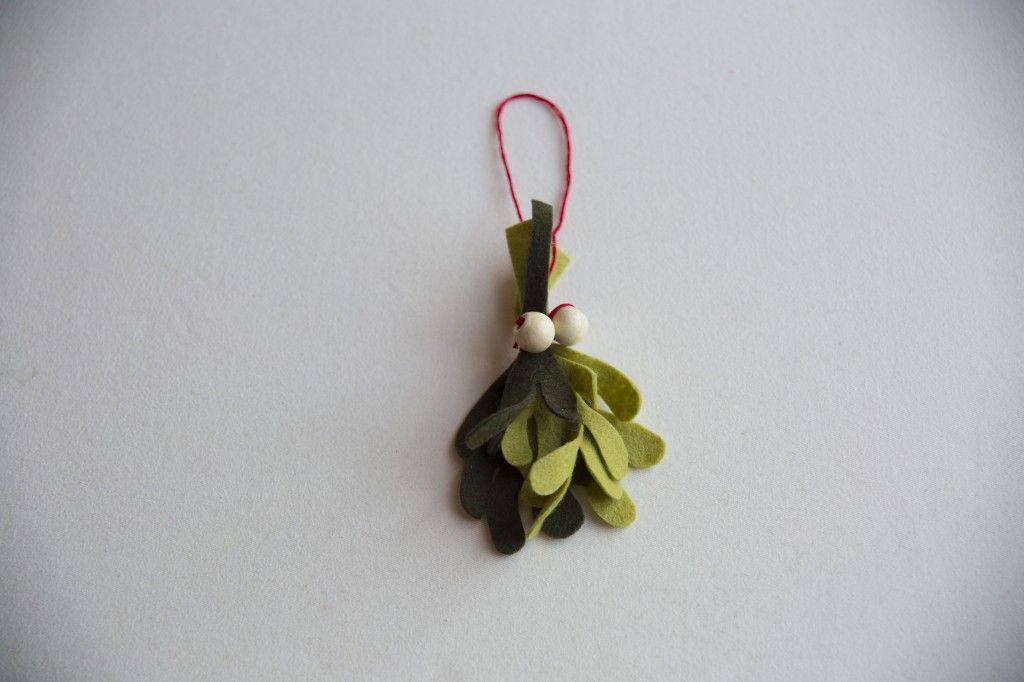 DIY Felt Mistletoe