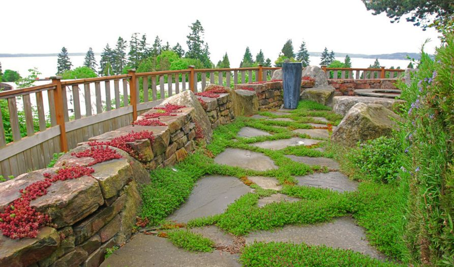 Flagstone walkways are particularly beautiful, this look suiting them really well