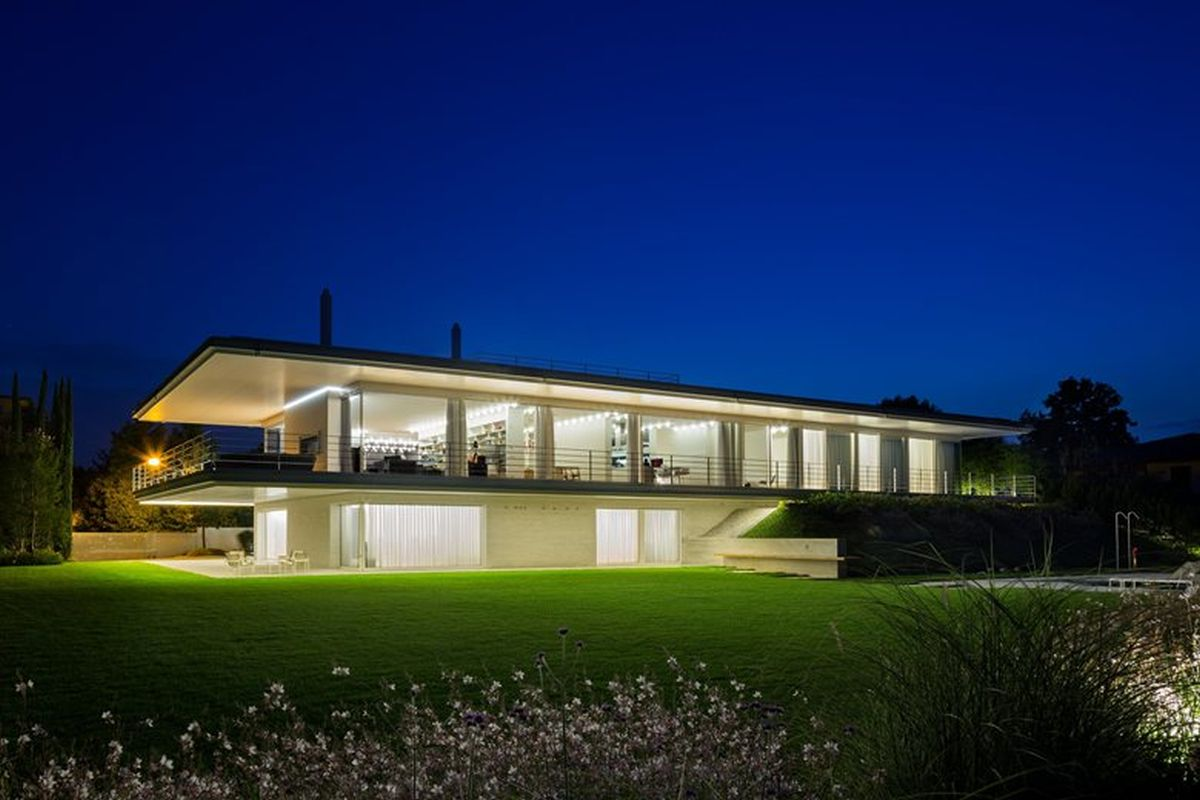 Modern villa makes the most of its double orientation - Casa ultramoderna ...