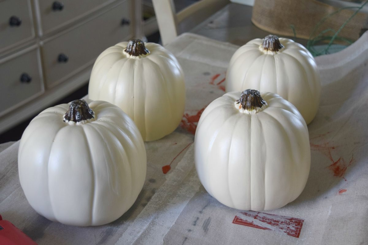 Paint in white the pumkins