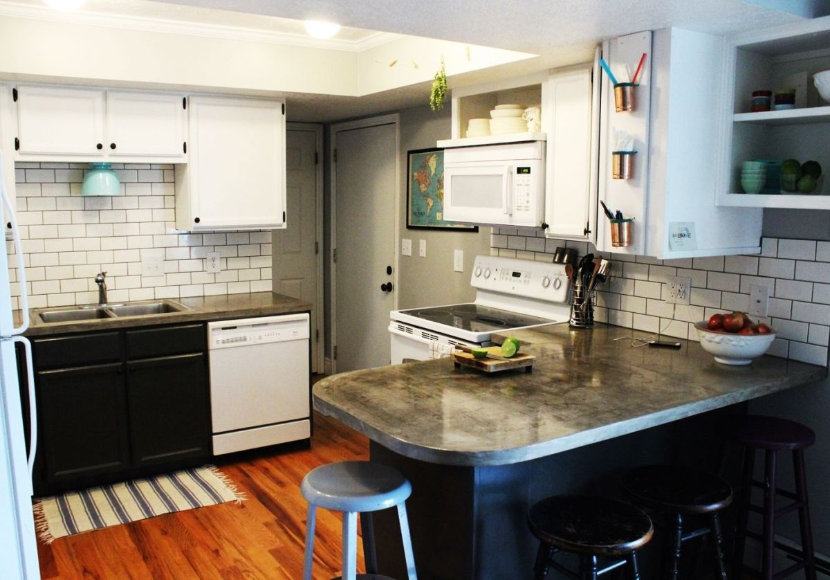 Trendy kitchen subway tiles