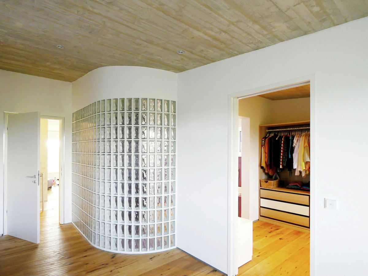 Wilhermsdorf Residence curved glass brick wall in bathroom