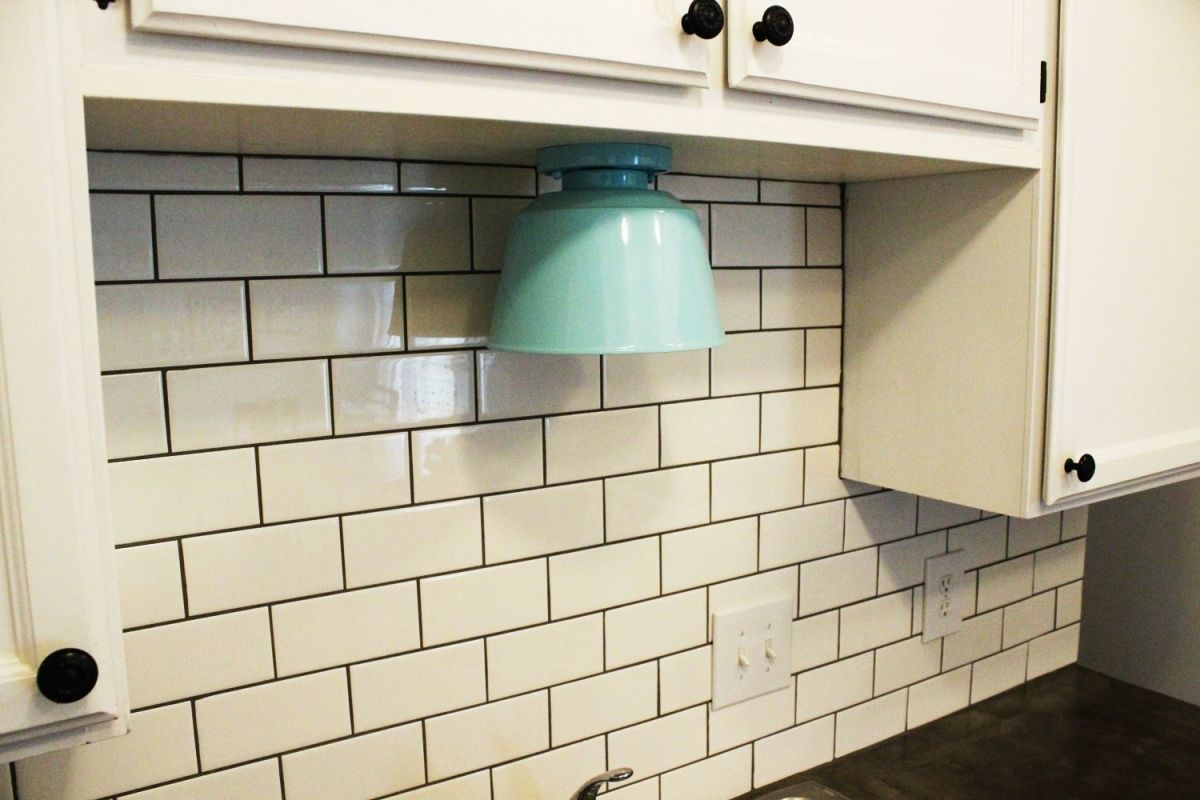 How to install a subway tile kitchen backsplash classic subway backsplash dailygadgetfo Image collections