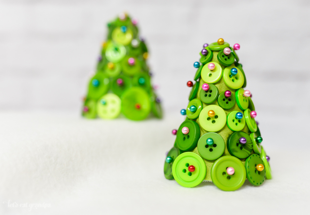 how to make tiny button Christmas trees