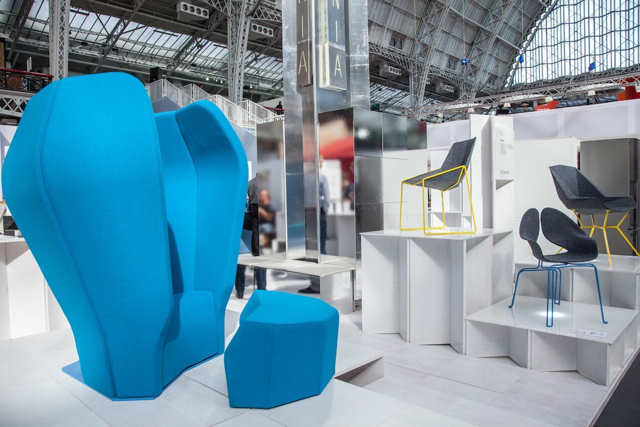 Blue high armchair that offer privacy
