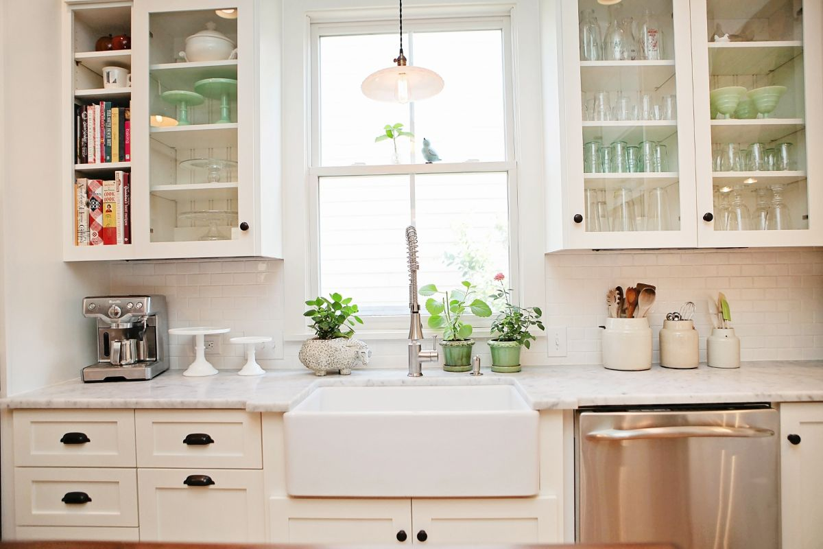 40 elements to utilize when creating a farmhouse kitchen - Farmhouse style kitchen cabinets ...