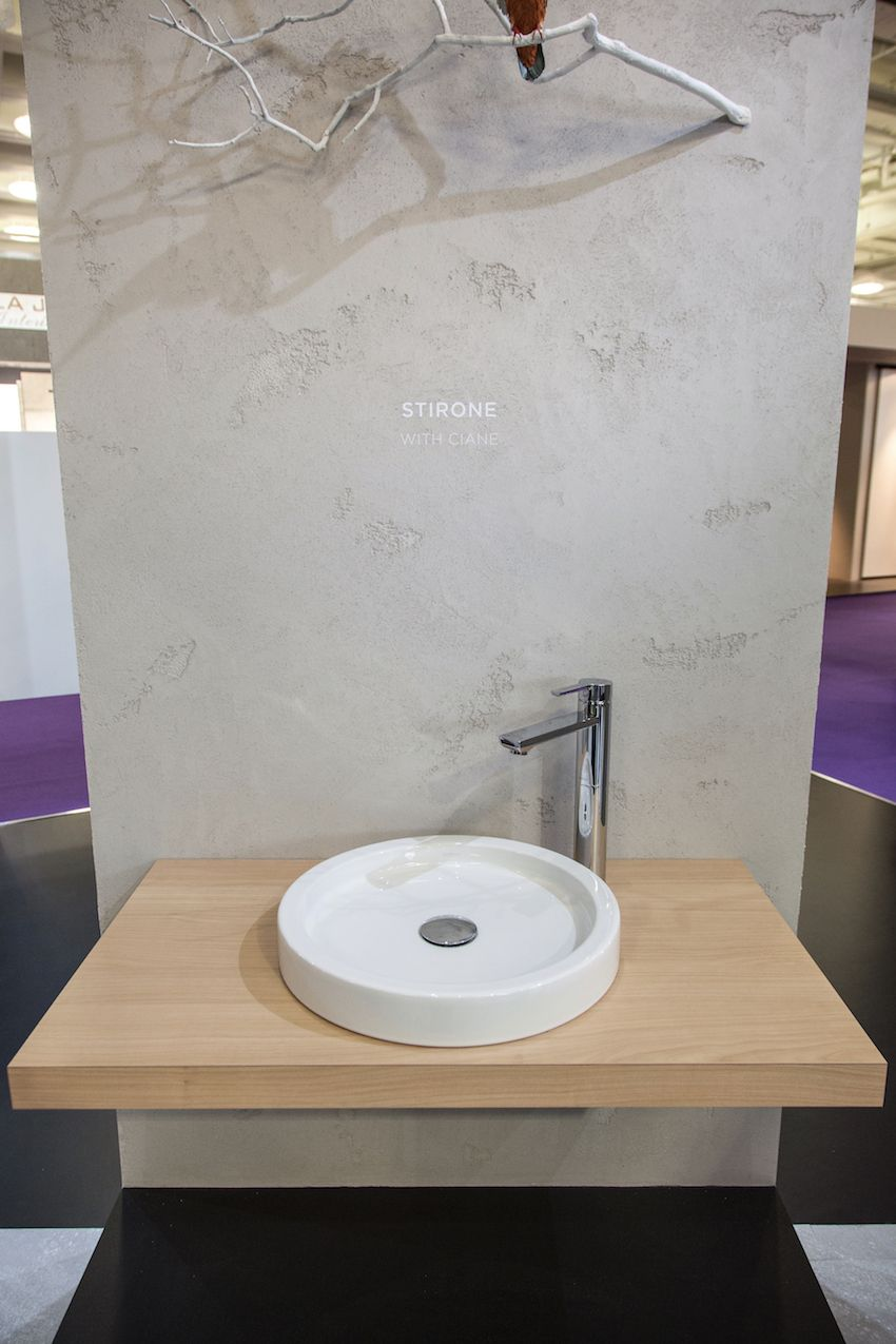 The washbasin by Stirone is paired with the Ciane single lever mixer faucet.