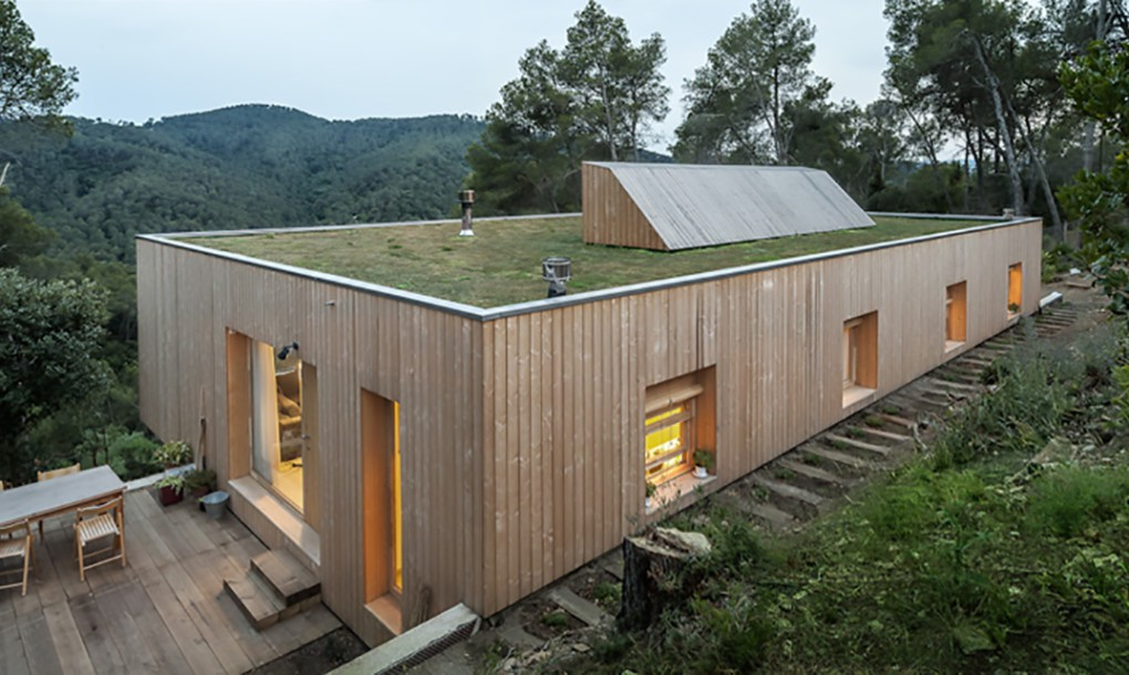 Bioclimatic green-roofed home design