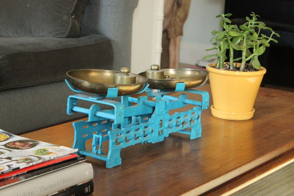 Decorate the coffee table with colorful accessories
