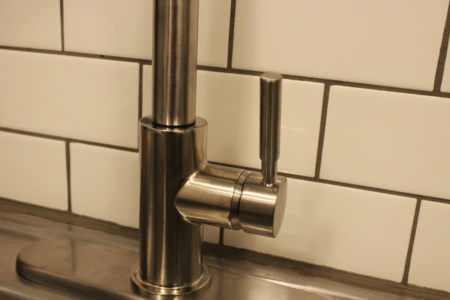 Kitchen sprayer faucet closer look to base