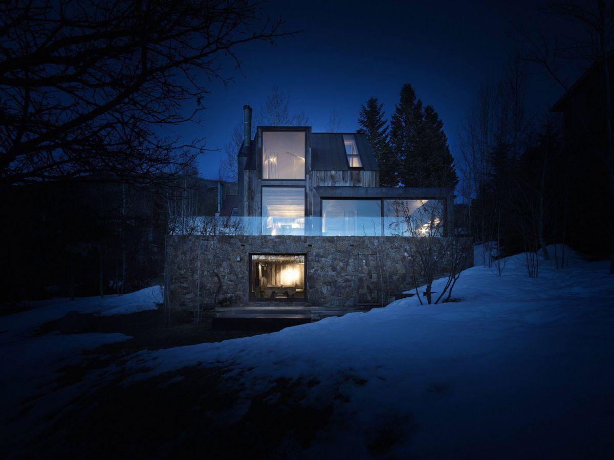 La Muna ski chalet architecture at night