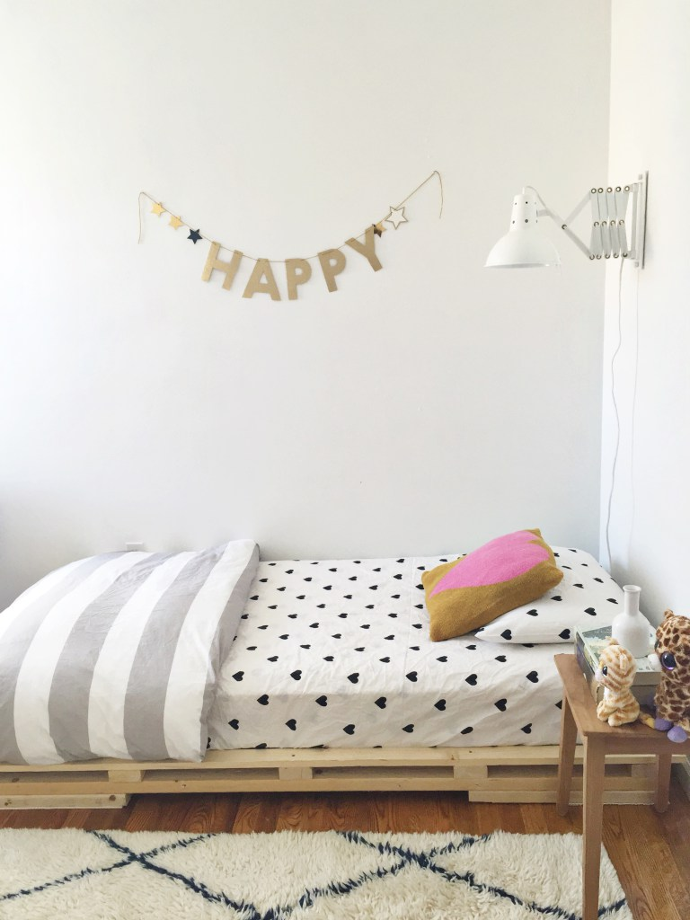 Pallet bed platform with heart bedding