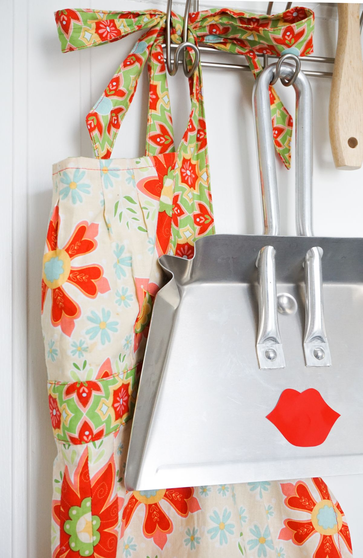 Pretty Face Dustpan DIY Behind Door Hang