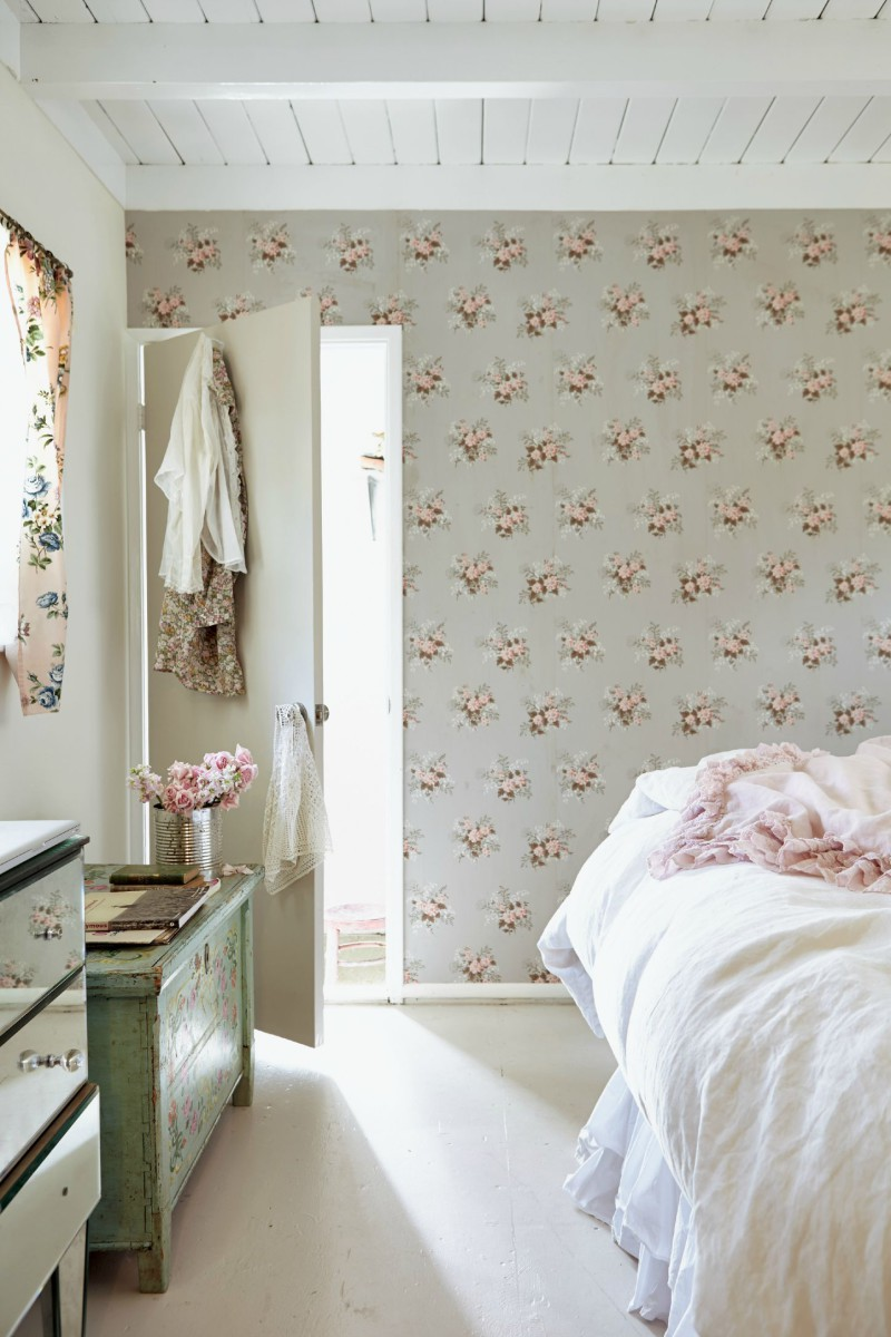 20 beautiful examples of what happens when you utilize floral wallpaper. Black Bedroom Furniture Sets. Home Design Ideas