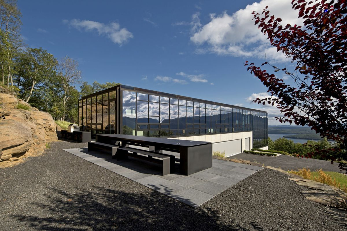 Reflective glass house becomes one with nature - Reflective exterior paint style ...