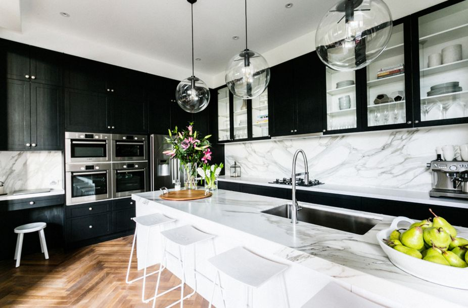 Beau White Marble And Black Kitchen Cupboards