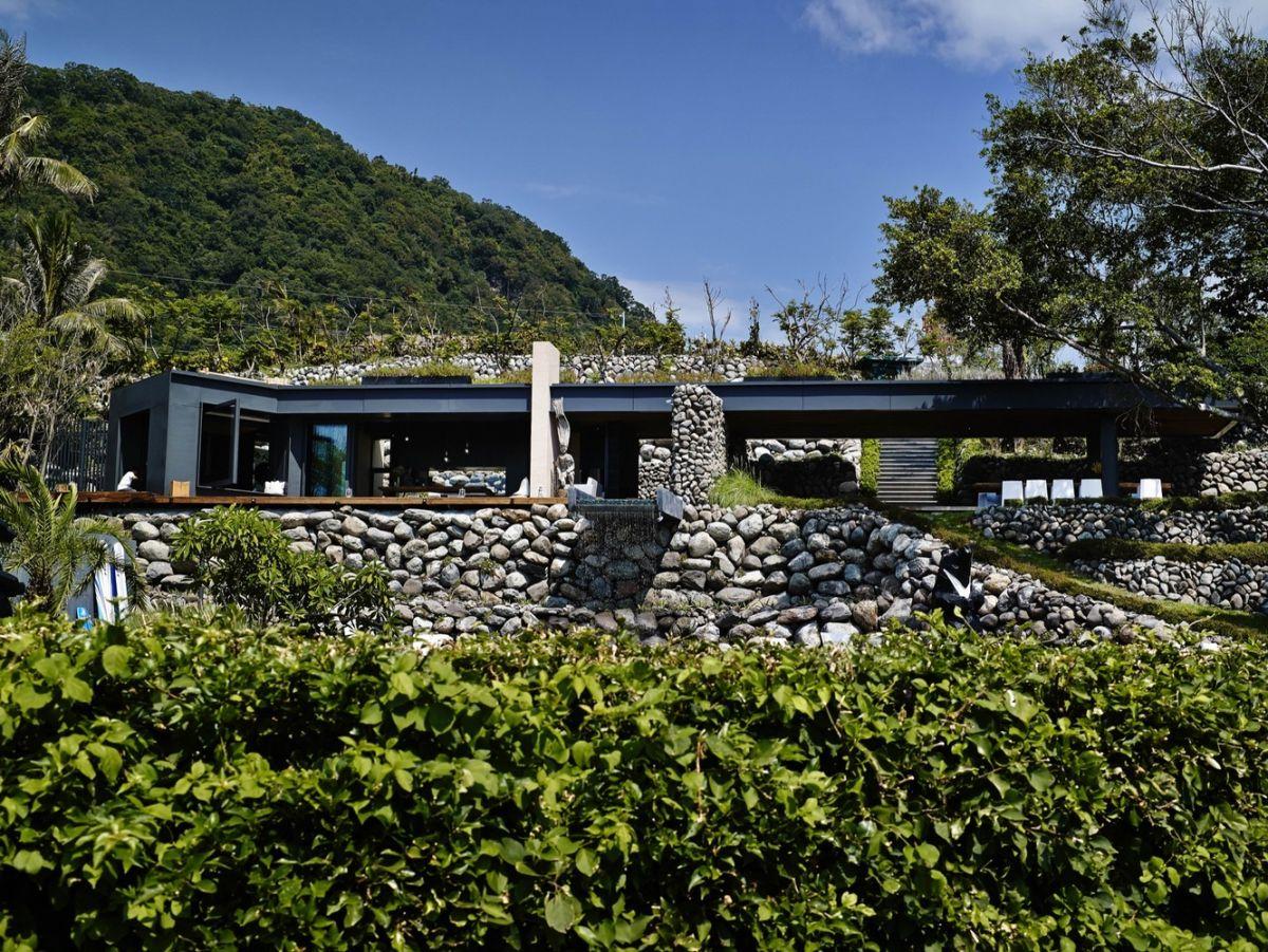 A'tolan house in Taiwan rock facade walls
