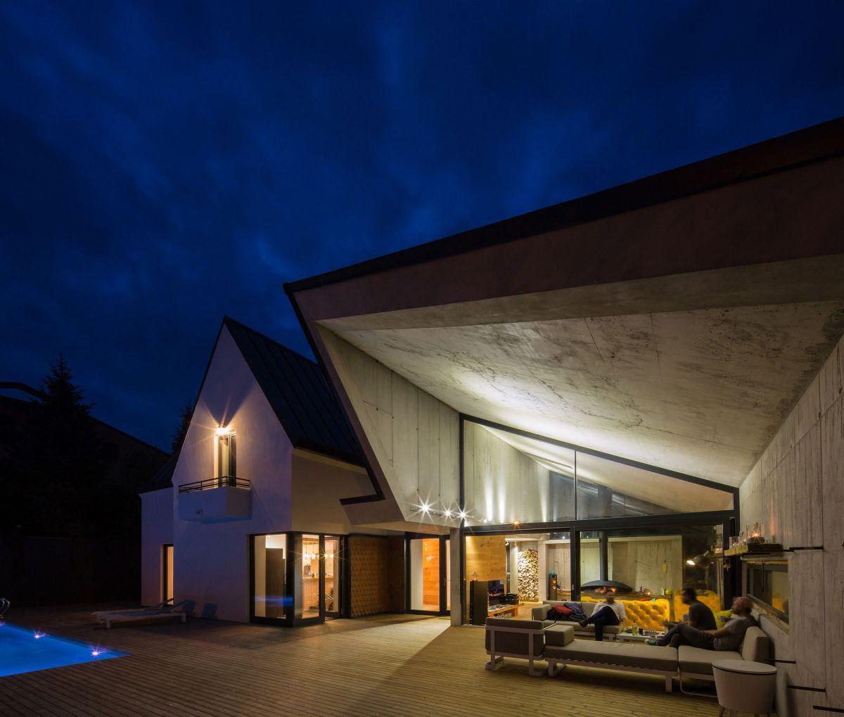 Casa G3 in Otopeni architecture at night