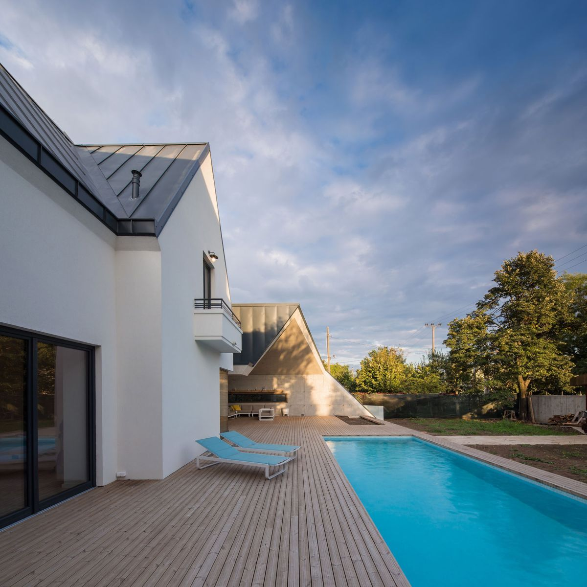 Casa G3 in Otopeni pool and wooden deck