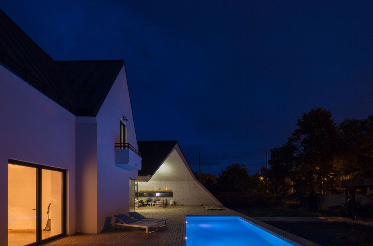 Casa G3 in Otopeni pool at night