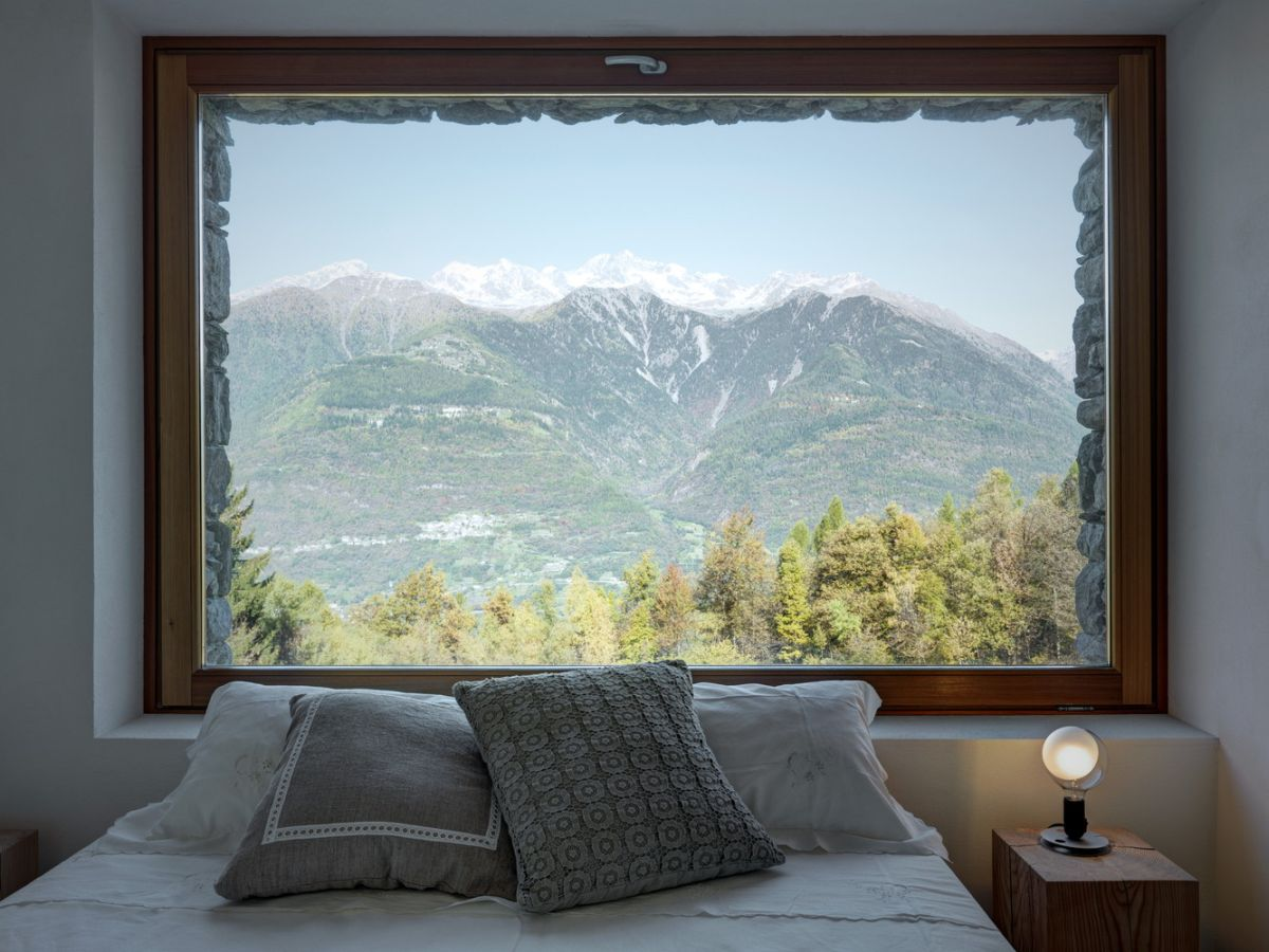 Casa Vi in Sondrio bedroom picture window