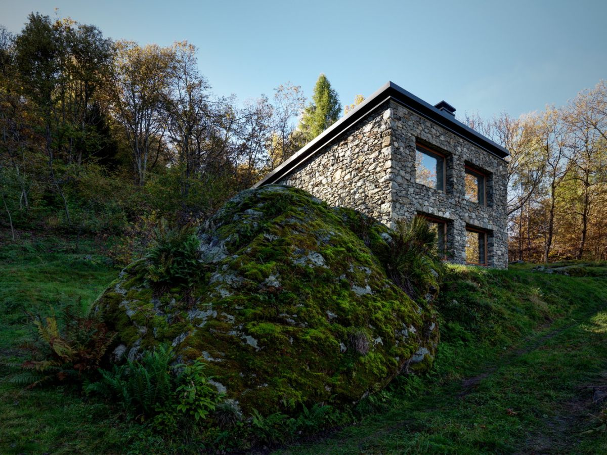 Casa Vi in Sondrio perched on slope