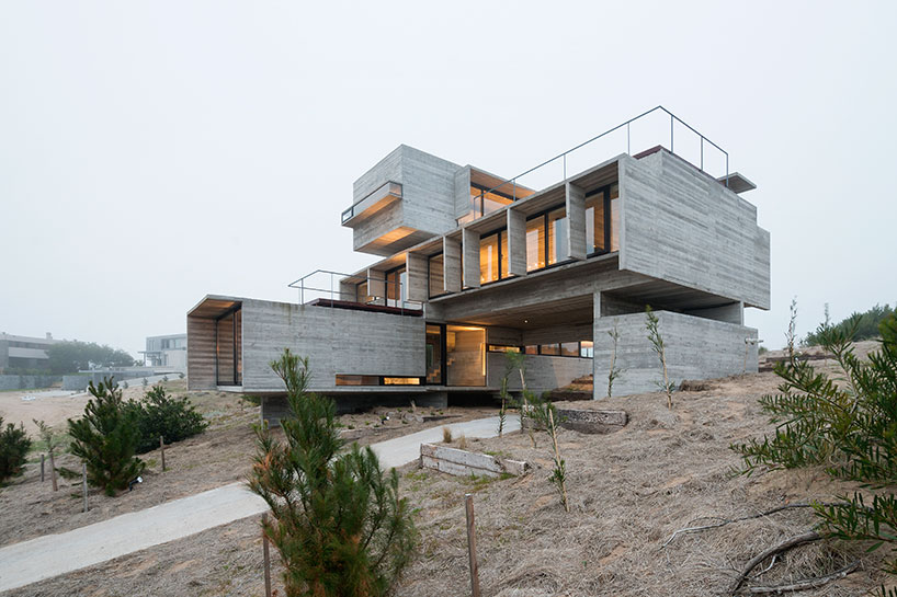 Concrete casa gold with stacked volumes