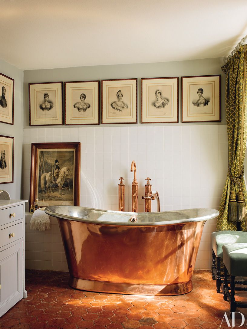 French bathroom with a clawfoot tub