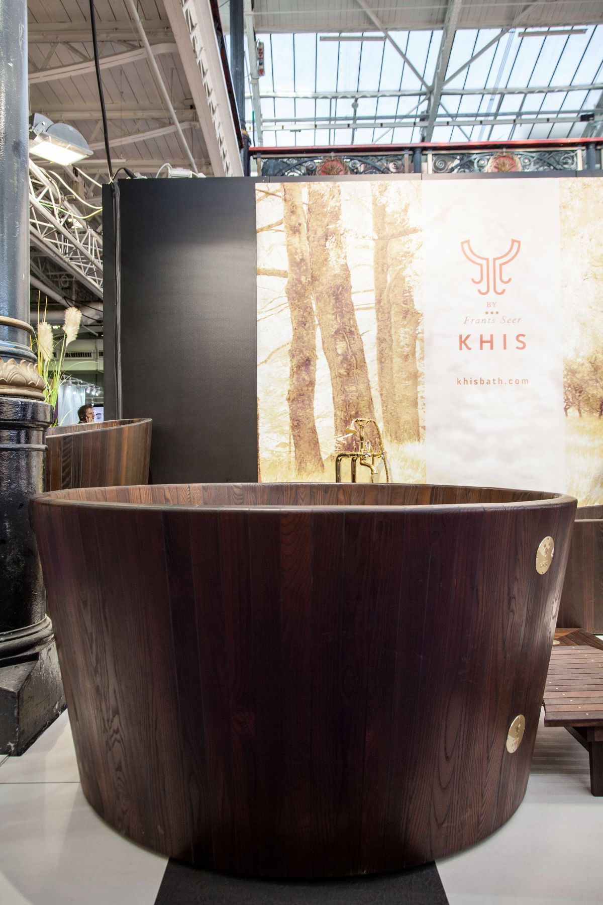 A KHIS wooden bathtub is dark brown, almost black because of the way the wood is thermally processed. Besides giving it a luxe look, the process makes it extraordinarily water-resistant and durable.