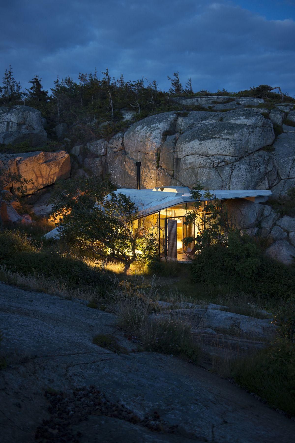 Knapphullet summer cabin at night overall
