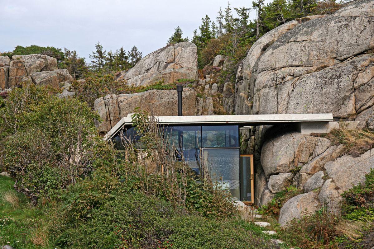 Knapphullet summer cabin dense vegetation