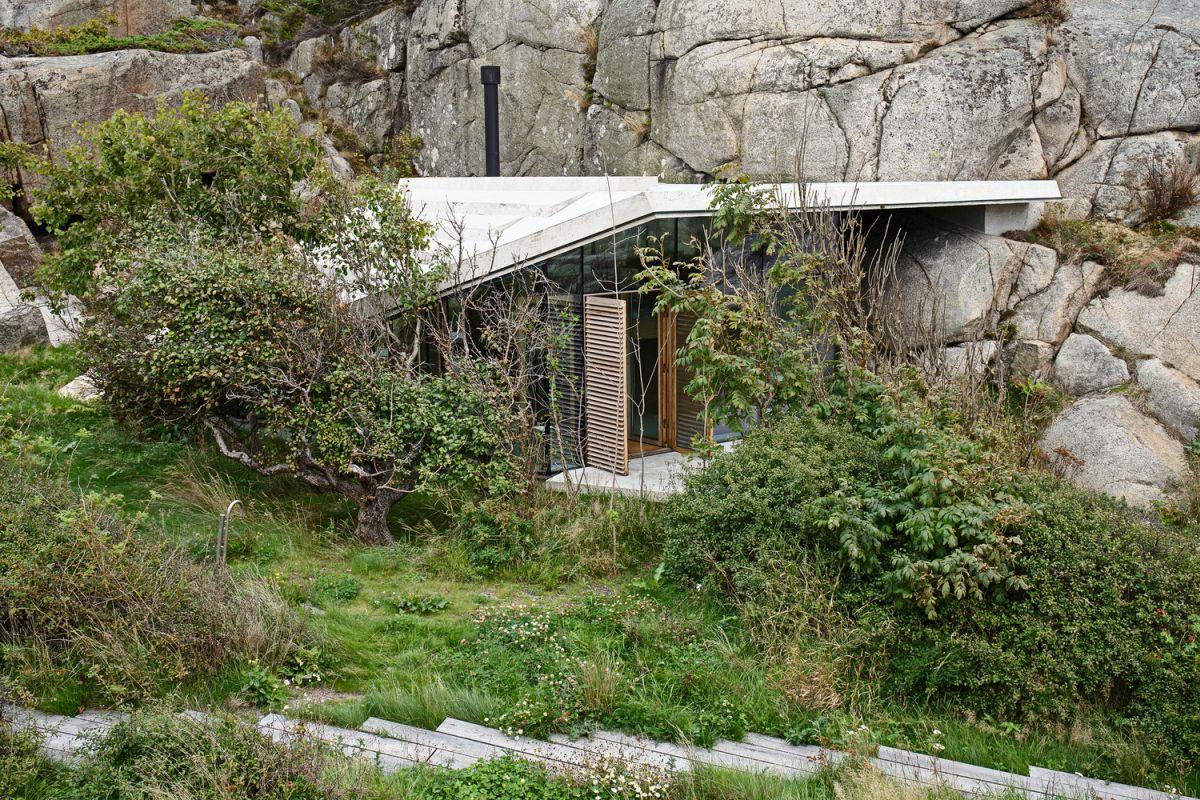 Knapphullet summer cabin green surroundings