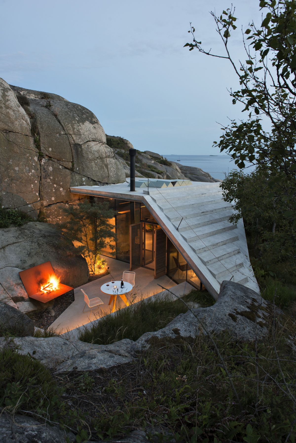 Knapphullet summer cabin roof platform connected to cliff