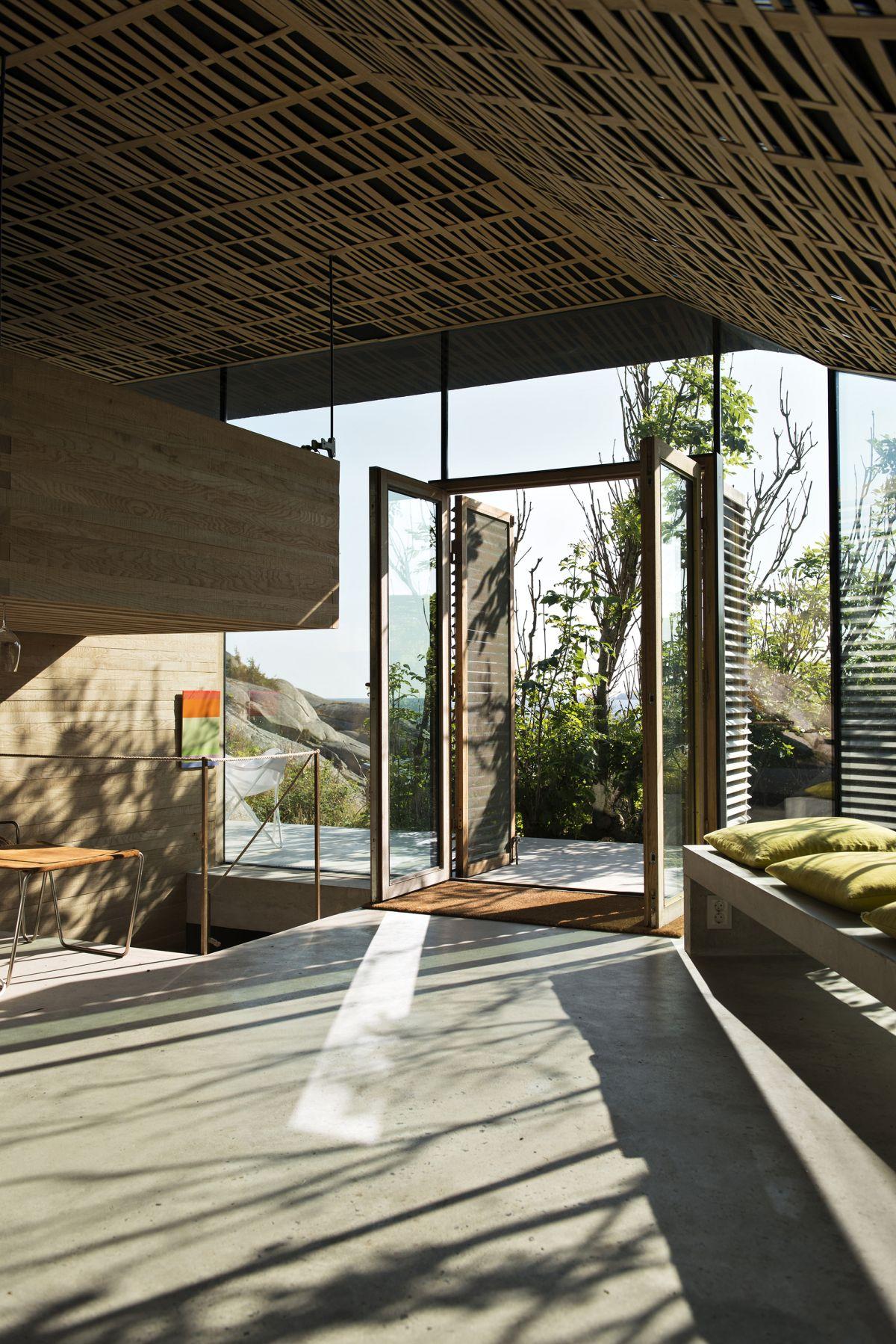 Knapphullet summer cabin suspended bed in corner