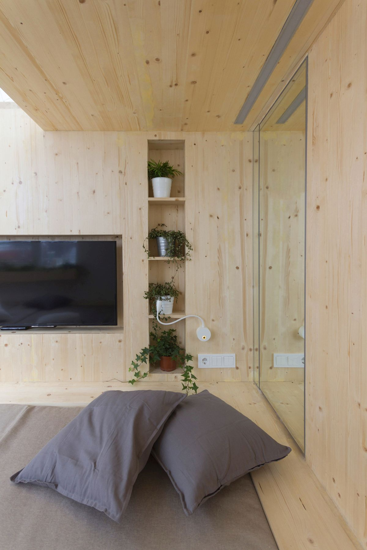 Ruetemple summer family home built-in shelves