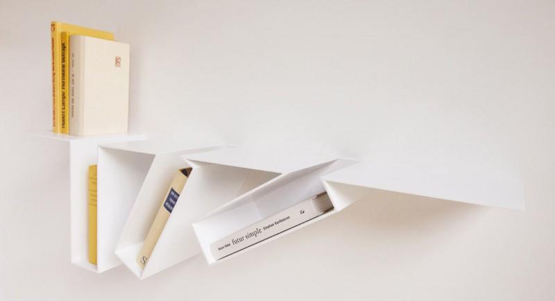 Weißes Filip Janssens Regal, um Bücher anzuzeigen