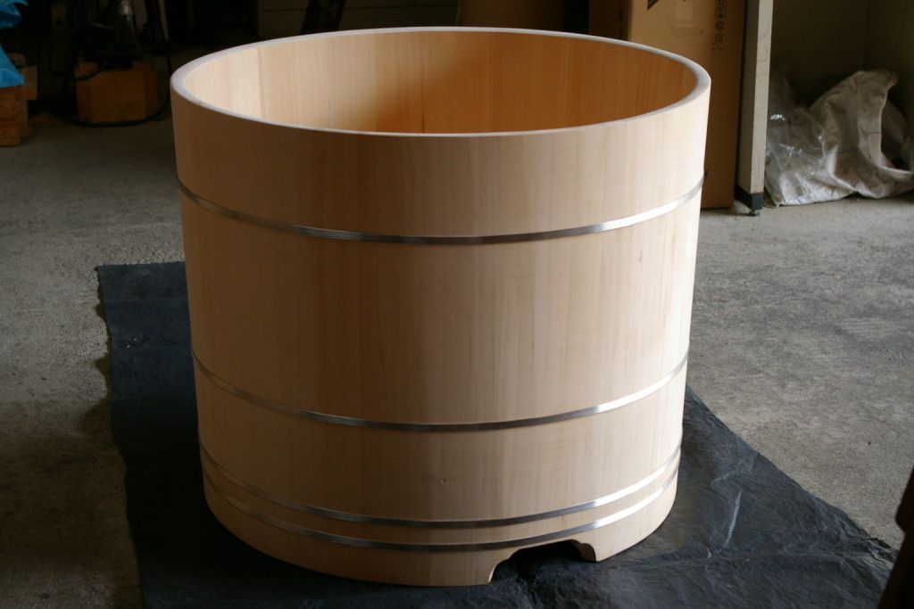 This traditional Hinoki wood style tub is made by Bartok Design. The creator is Jacopo Terrine, an Italian architect living in Japan, who has beed creating wooden bathtubs, many for export, since 2002.
