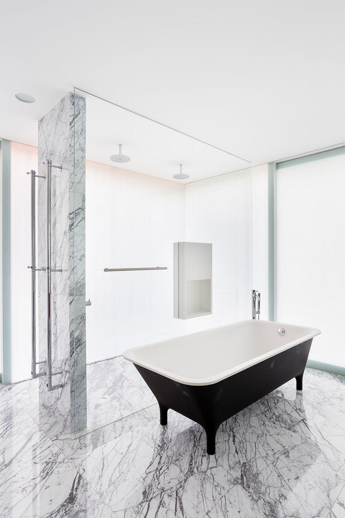 AA House main bathroom tub