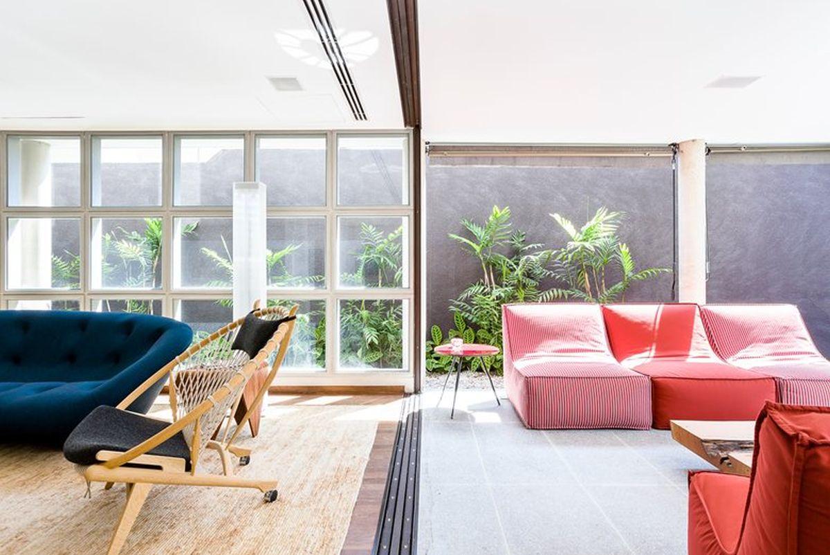 AA House separation between indoor and open spaces