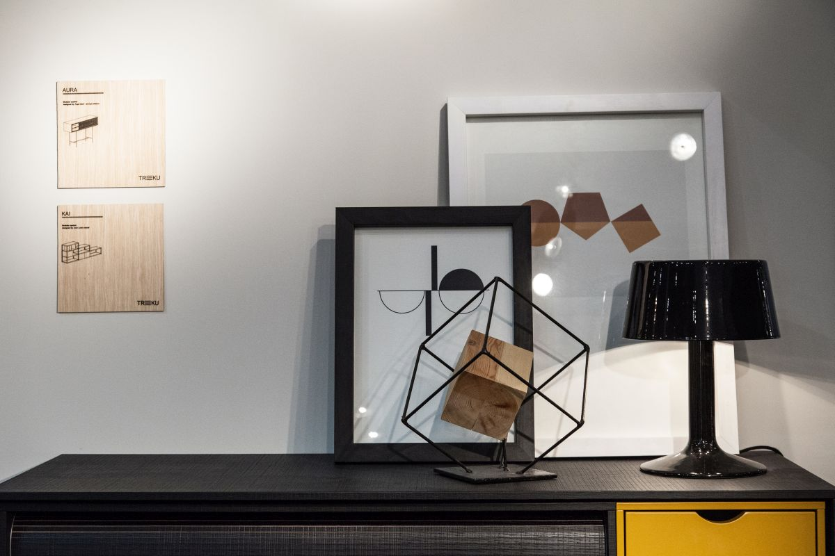 Decorate the sideboard with frames and geometrics
