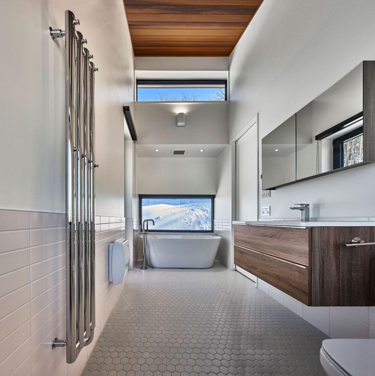 Laurentian ski chalet bathroom tub