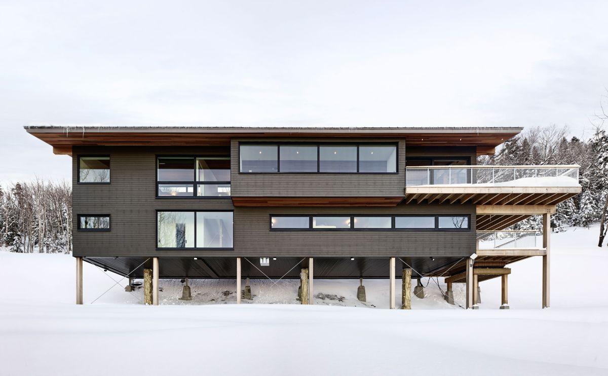 Laurentian ski chalet built on pillars