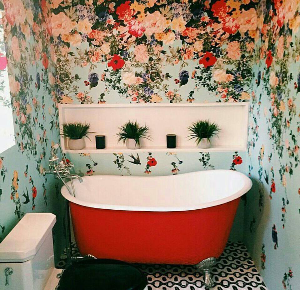 30 gorgeous wallpapered bathrooms for Wallpaper trends for bathrooms