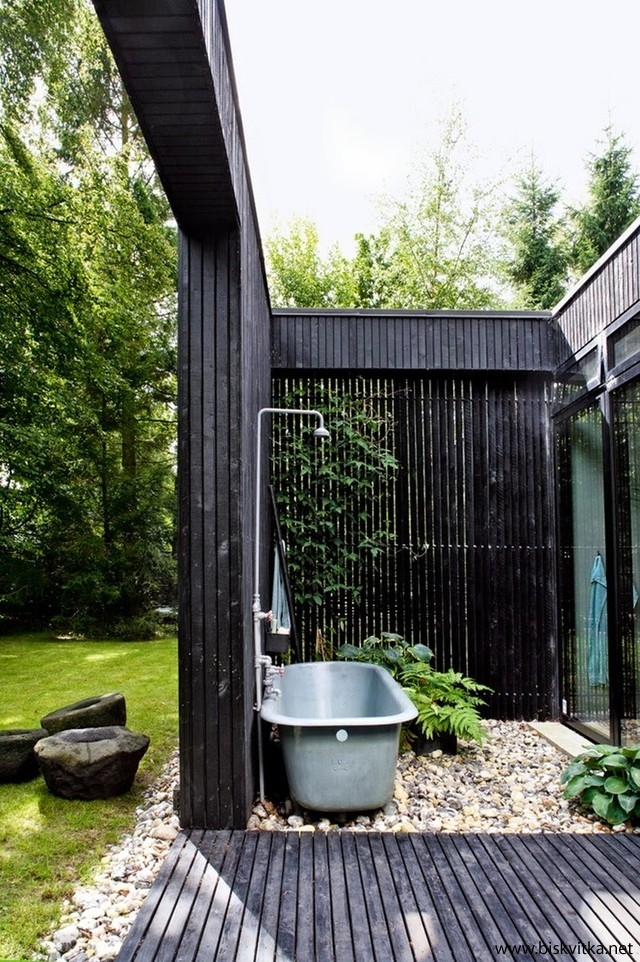Outdoor gravel tub