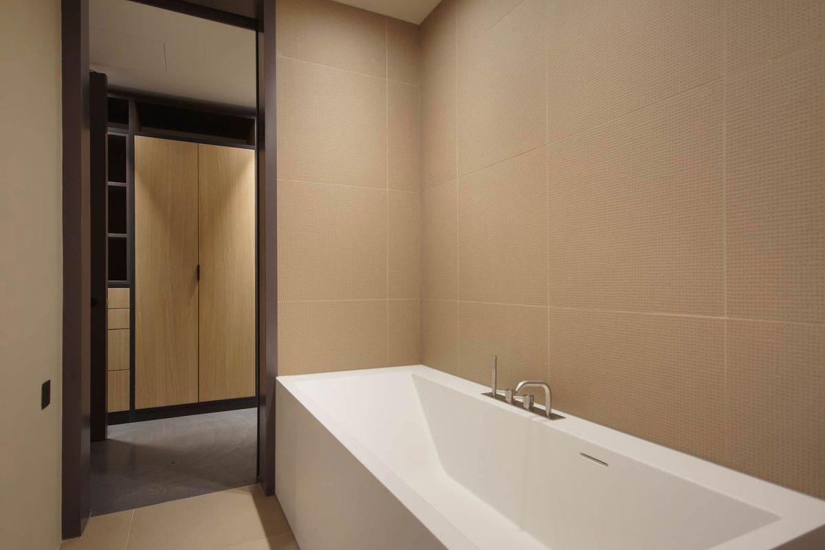 West Apartment Ransome's Dock bathroom tub