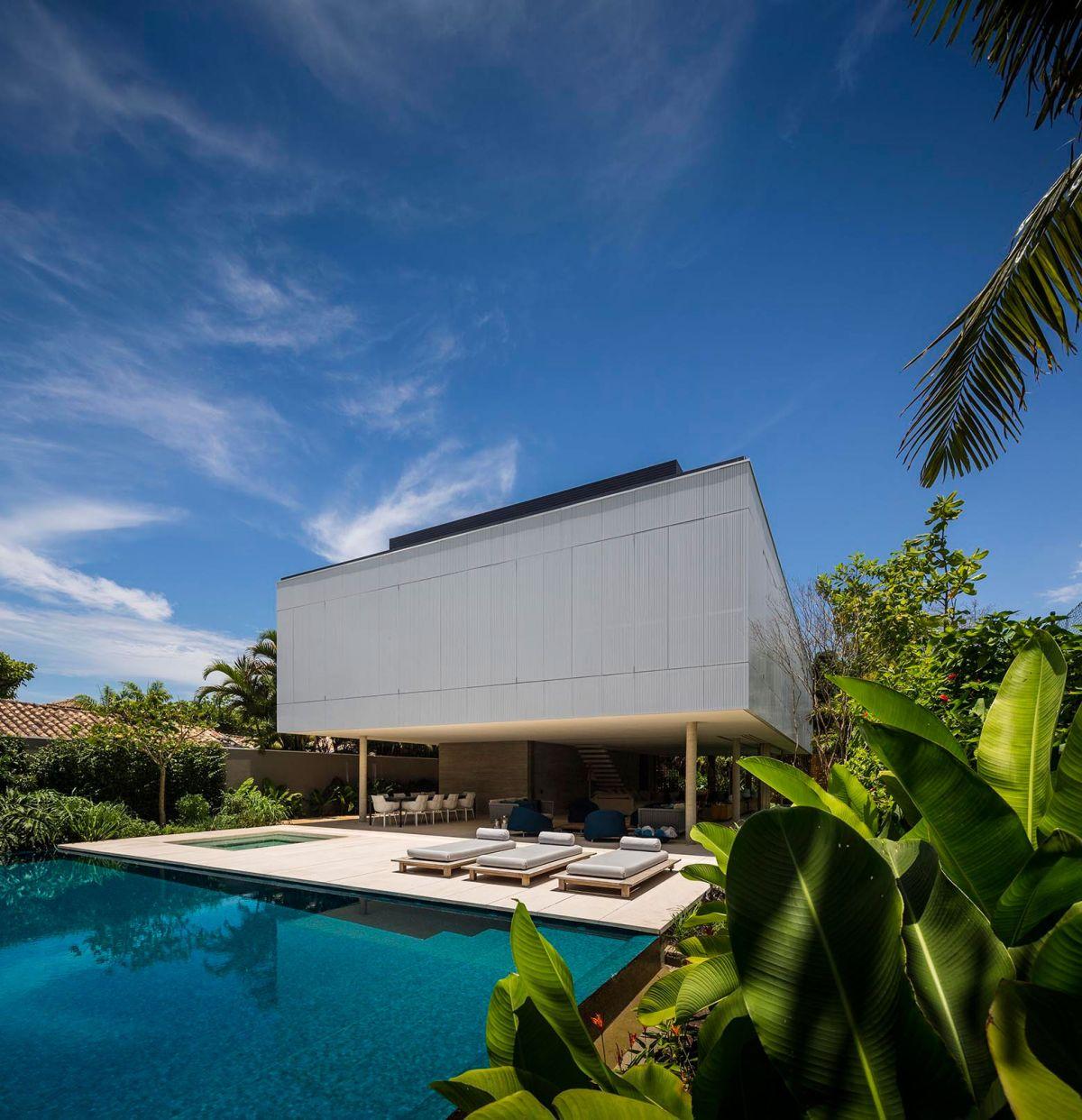 White House in Brazil back yard pool