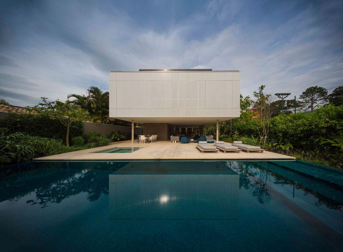 White House in Brazil infinity edge pool